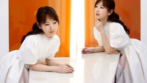 48岁杨钰莹宛如冻龄,晒照娇俏似少女,手上细节引发感情猜测