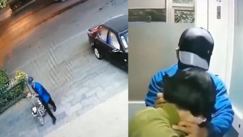 女子ATM机取钱遇持刀抢劫 机智脱困:我把钱给你 警方已介入