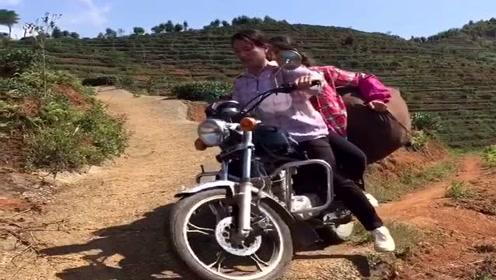 农村女司机骑摩托车走山路,竟然还敢拉着一个人,胆子真肥!