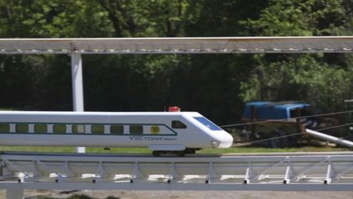 89岁的老人在自家后院搭建火车,网友:这样的火车能载人吗