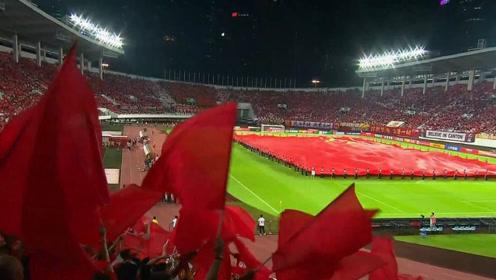 泪目!数万人歌声回荡齐唱《歌唱祖国》 三千平方米巨幅国旗亮相