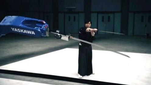 他在跑步机上,一边跑步一边挥剑,这难道是他练剑的秘籍!