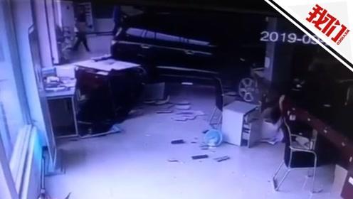 温州一轿车撞进年审业务大厅 司机错把刹车当油门致4人受伤