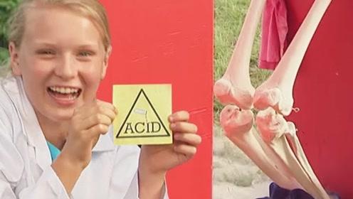 女孩恶搞能力超乎想象,硫酸迸溅到身上瞬间变骷髅,路人纷纷中招