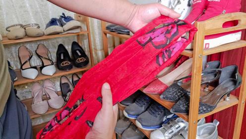 旧丝巾不要扔,折一折放在鞋架上,全家人都抢着用,这方法太棒了