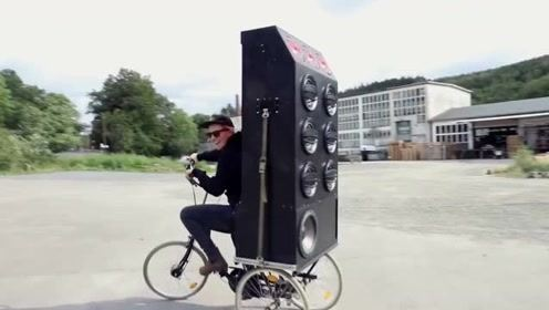 国外美女用自行车DIY移动款劲爆音响、这才叫过瘾啊!