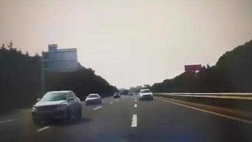 男子高速上掉头逆行险象环生 同车女子绝望尖叫:你是不是有病!