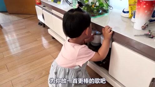 姑姑家有个智能音箱,被宝宝发现以后,和音箱算是杠上了!