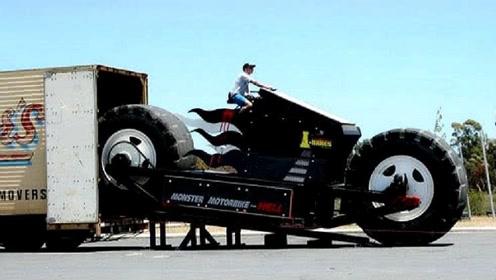 民间牛人打造世界最大摩托车,重13.6吨高5米,轻松碾碎汽车