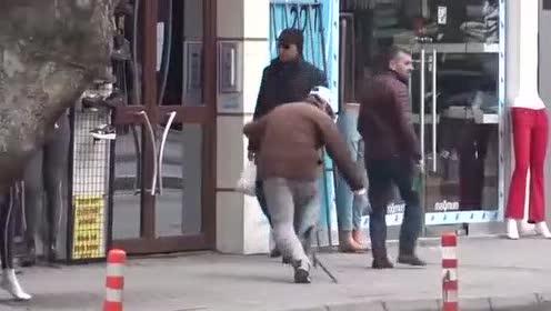 想扶行路跌倒的老头,老头却突然来个后空翻,众人傻眼.