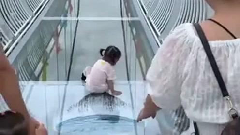 玻璃栈道上的一幕,小棉袄请你再走一次,原谅我还没笑够!
