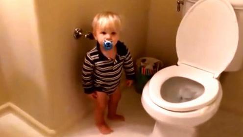 宝宝上厕所半天没出来,妈妈急忙打开门一看,眼前一幕让傻眼了