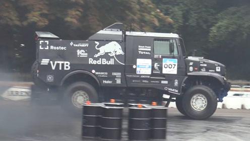 1000马力V8柴油发动机,围着油桶开始漂移,真壮观!