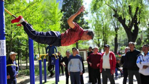外国小伙来中国游玩,看到晨练的大爷大妈们,大呼果然惹不得