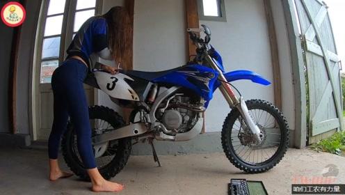 努力健身的机车女孩,原来只是为了能修车,为了能驾驭越野摩托车