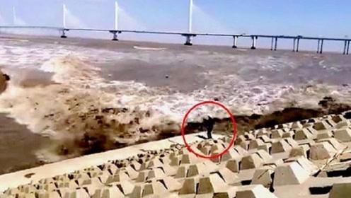 浙江男子拍照被潮水卷走,10多秒后奇迹般被拍回岸边,命真大!