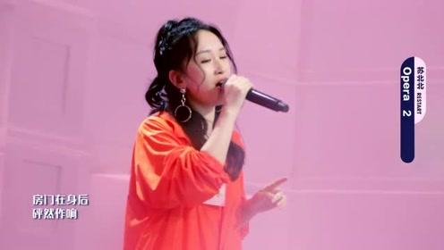 洪一诺与冯希瑶在六星房练高音,练完相互对笑,宝藏女孩!