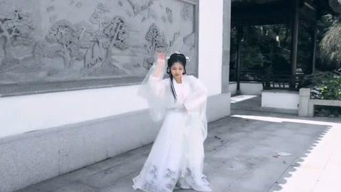 汉服小姐姐跳起轻快版古风《广寒宫》,满满的古典之风!