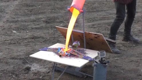 将1000℃的铜水倒在鞭炮上会怎样?刚一接触,老外撒腿就跑