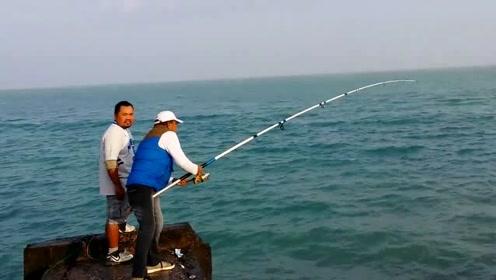 要是没两个钓友帮忙,这条大鱼真的不好弄,一个人拉太费劲了