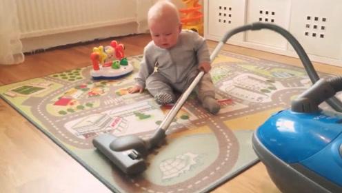 妈妈打扫房间,小宝宝非要来帮忙,妈妈不让都不行,放着我来!