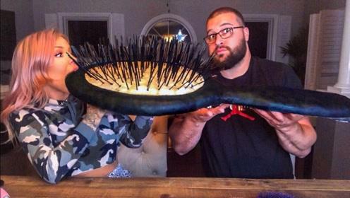 这么大的梳子你见过吗?小姐姐和男朋友竟然要吃,怪不得这么胖呢