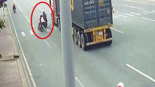 摩托车作死超车,却剐蹭到一对小夫妻,接下来的一幕令人崩溃!