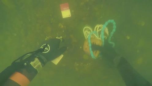 国外潜水员,搜寻到贵妇遗落的珠宝,真是满满的收获