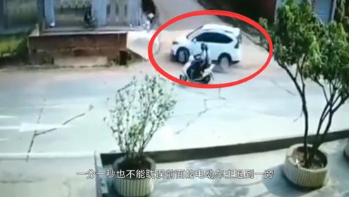 监控录像:小汽车被电动车挡住去路,接下来的动作看傻众人!