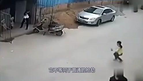 电动车女孩意外摔倒,要不是监控,都不知道发生了什么