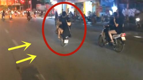 小伙街头骑摩托耍帅,带着女友翘头,下一幕活该拍手叫好!