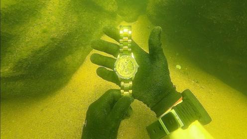 潜水员在水下寻宝,意外捞到一块劳力士,最后举动让人点赞!