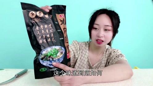 """妹子试吃""""羊肉泡馍"""",西安的经典名吃,这味道算正宗吗?"""