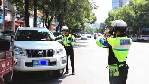 一排车都违停,为啥交警只贴这辆丰田车?车主:真是活久见!