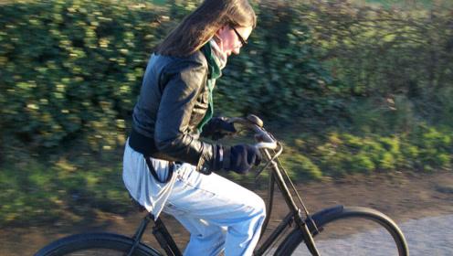 老外发明女性专用自行车,美女:太舒服不想下来,设计师想法大胆