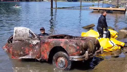 """男子下海寻宝,发现一台""""古董车"""",捞上岸后笑到合不拢嘴!"""