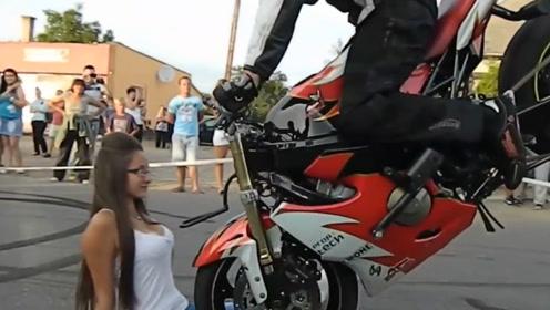 顶级摩托车手反应有多快?大胆美女勇敢配合,这场面实在是壮观
