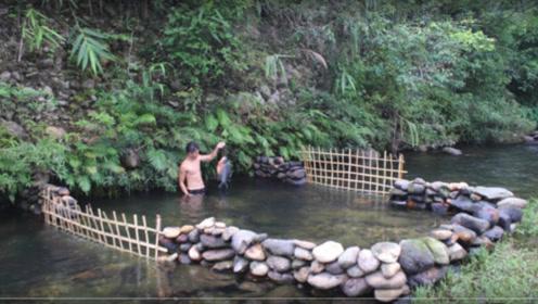 荒野生存:小伙建造原生态鱼池,看完全程我彻底服了