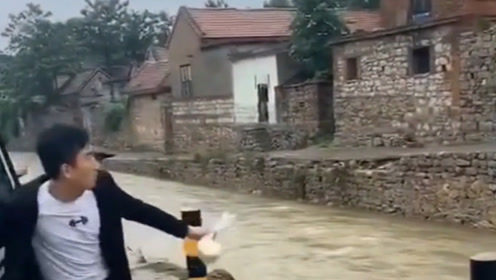 村里又被淹了,想吃饭都是个大难题,还好小伙劲够大!