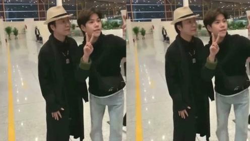 网友偶遇李玉刚一身黑衣亮相机场,与粉丝合影很是亲民