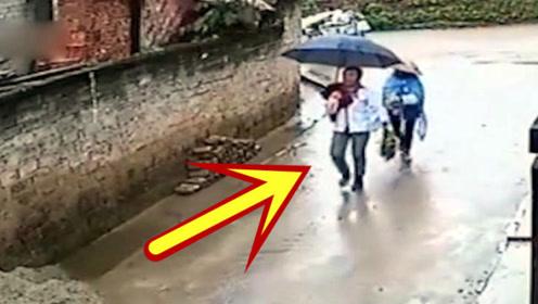 两女子走进小巷回家,抬头发现不对,本能的反应躲过一劫!