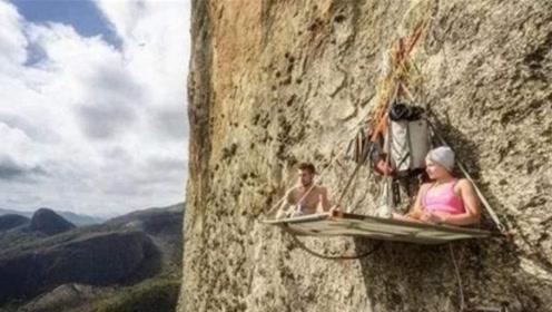 """挂在悬崖边上的""""钉子户"""",不怕强拆,靠着4根钉子睡觉"""
