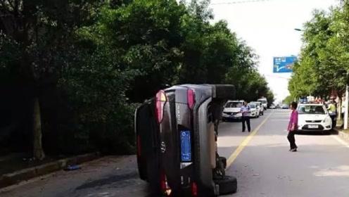 """越野车失控先后撞上行人和树木  """"横卧""""在道路中央"""