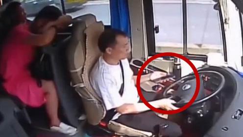 太吓人!客车司机不顾乘客安危,行驶中看手机长达3分钟!