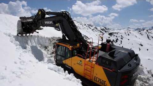 沃尔沃挖掘机也不简单!爬上高山清理积雪,知道它怎么上去的吗?