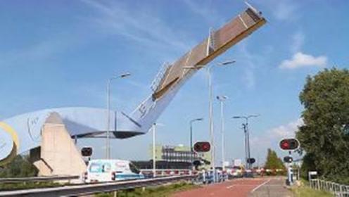 """世界最""""刺激""""的桥:没有人敢闯红灯,因为桥在天上"""