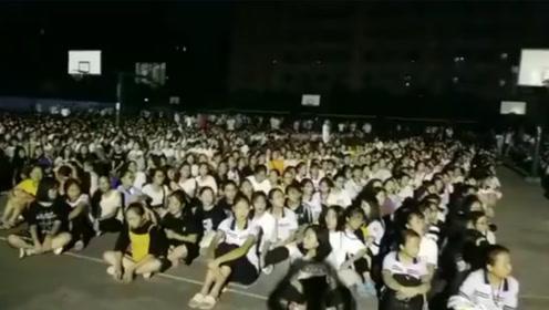 广西玉林发生5.2级地震 博白县高中生操场避险千人合唱