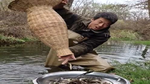 农村小伙早上穿水衣来取网,没想到收获了满满一盆,太带劲了!