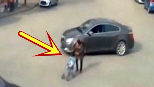 轿车司机该枪毙,竟然对着大妈残忍碾压!
