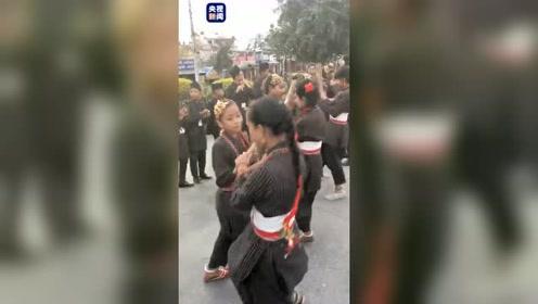 人们身着民族服装来到加德满都街头,载歌载舞欢迎习主席